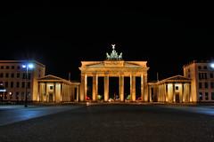 Berlin - Brandenburger Tor 01 (Daniel Mennerich) Tags: hdr hdri berlin brandenburger tor gate pariser platz nacht colorphotoaward dblringexcellence canon dslr eos spiegelreflexkamera slr