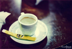 Vida no hay mucha... (Paula Aguado) Tags: wood film coffee café table kodak olympusom2