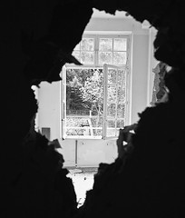Seeing The Outside Through The Door (LilFr38) Tags: light france abandoned hospital blackwhite 6ws view hole lumire derelict vue canonef1740mmf4lusm trou noirblanc cmc abandonn hpital isre dlabr sainthilairedutouvet lilfr38 canoneos5dmarkii centremdicochirurgical outsidestaind