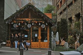 Andorra    Nos appartements, nos villas et Chalets à Pas de la Case en Andorre sont pour tous les goûts et pour tous les budgets afin que chacun y trouve son bonheur : que vous voyagiez en famille, en couple, avec un groupe d´amis ou pour votre travail, nous vous aidons à trouver l´appartement idéal pour votre séjour.  Les locations se font à la journée, à la semaine ou au mois.  Tous nos appartements sont entièrement meublés et très bien situés, en centre ville et au pied de pistes de Grandvalira dans les plus beaux endroits de Pas de la Case en Andorre. C'est une alternative agréable et économique aux hôtels de luxe. Vous vous relaxerez après une longue journée de tourisme d'ski ou de travail, dans plus d´intimité et de confort.  Tout est réuni pour que vous passiez, avec Friendly Rentals, des vacances inoubliables en Andorre au Pas de la Case et El Tarter.  Location d'appartements gay friendly à Pas de la Case en Andorre  Nous vous proposons une grande sélection d'appartements à Pas de la Case en Andorre, du studio pour une ou deux personnes en vacances ou en voyage d'affaires, jusqu'à l'appartement de cinq chambres pour une famille ou un groupe d'amis. Nous disposons ainsi d'un grand choix d'appartements à El Tarter, de lofts et autres appartements en ville.  Nos appartements sont d'un grand confort et nous sommes à votre disposition pour rendre votre séjour le plus relaxant et agréable possible. Nous effectuons des inspections régulières pour contrôler la qualité des appartements et nous nous occupons du ménage avant et après chaque séjour.  Vacances Gay Freindly à Pas de la Case en Andorre.  Louer un appartement à Pas de la Case en Andorre est une solution idéale pour ceux qui voyagent avec leur famille ou leurs amis. La cuisine complètement équipée vous permettra de cuisiner vos repas préférés. Mais vous pourrez aussi choisir parmi la grande variété de bars et de restaurants à Pas de la Case en Andorre.  Nous sommes à votre disposition par téléphone t.+376.85