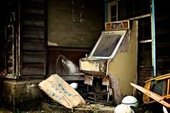 Downhill (krelle) Tags: old game cabinet arcade wear forgotten tear mah jong