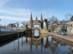 Waterpoort (stukinha) Tags: city bridge blue cidade sky holland reflection water gua azul architecture arquitectura europa europe centre centro nederland thenetherlands center cu ponte porto barragem holanda sight reflexo friesland watergate sneek stuka waterpoort frysln comporta snits pasesbaixos 1613 stukinha anacompadre frsia wetterpoarte sdwest