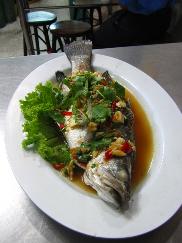 Pla kahpung neung manao (steamed fish in lime sauce) ปลากะพงนึ่งมะนาว