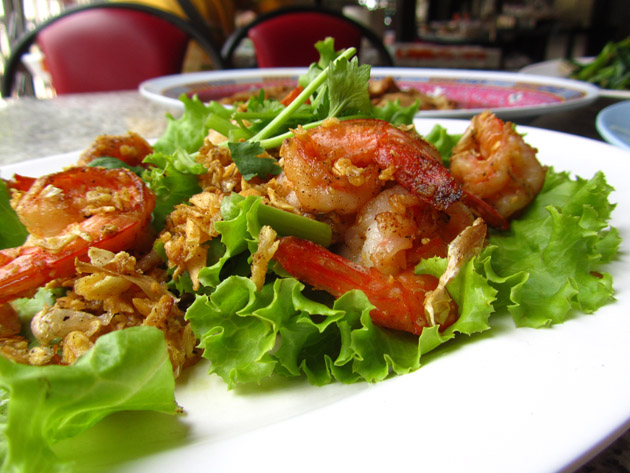 Fried shrimp with fried garlic (goong tod gratiam กุ้งทอดกระเทียม)