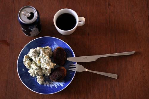 Frikadeller, kartoffelsalat, danskvand og kaffe