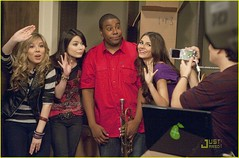 Miranda Cosgrove,Victoria Justice,Jennette McCurdy and Kenan Thompson in iParty with Victorious