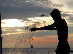 Pescador (~Miss Croft) Tags: prdosol bahia salvador rede ribeira pescador pescaria crepsculo cidadebaixa pontadohumait