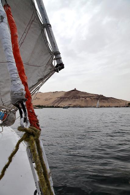 エジプト アスワン ファルーカでナイル川クルーズ 曇り空