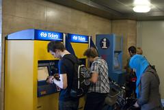 Kaartje kopen bij NS kaartautomaat (Shirley de Jong) Tags: station amsterdam ns centraalstation trein kaartje automaat