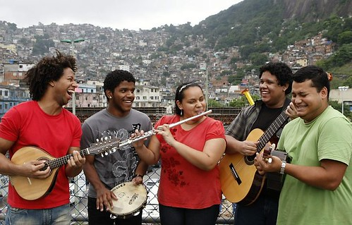 Formado pela escola de Música da Rocinha, este é o Grupo Chorando a Toa - Foto: Leonardo Aversa