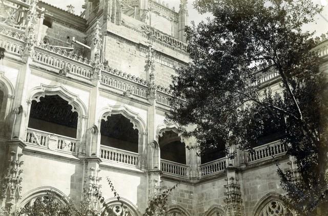 Claustro de San Juan de los Reyes en junio de 1905. Fotógrafo anónimo. Colección Luis Alba. Ayuntamiento de Toledo