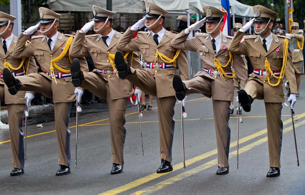 Oficiales de la Policía Nacional con el uniforme de gala desfilan frente al palco principal. (Tetsu Espósito - Asunción, Paraguay)
