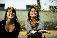 Fun for free (Pankcho) Tags: barcelona flowers girls summer flores primavera leaves yellow fun happy born spring women happiness verano chicas felicidad mujeres diversión borne felices florecitas amarillas hojitas