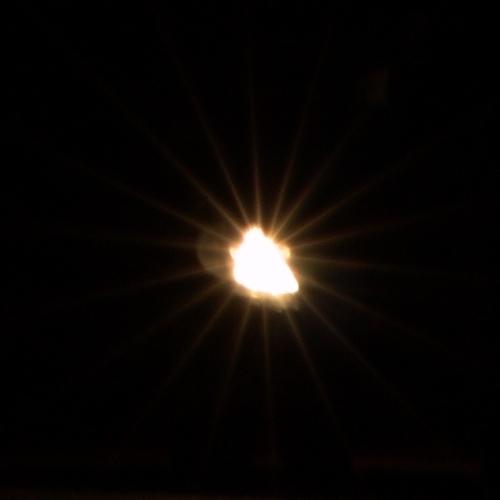 Phare de voiture dans la nuit