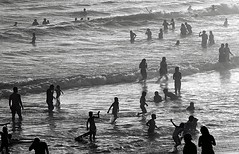 Santa Monica Silhouettes (Robert Borden) Tags: landscape bw bnw silhouette ocean northamerica west westcoast southwest california socal losangeles la santamonica pier santamonicapier sunset goldenhour canon people swimming