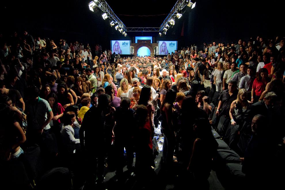 Los asistentes se retiran, tras finalizar el último desfile de la noche, de Gilardini, el día de cierre del Asunción Fashion Week, que contó con un gran público. (Tetsu Espósito - Asunción, Paraguay)