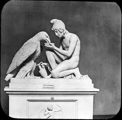 Ganymède donnant à boire à l'aigle de Jupiter, sculpté par Bertel Thornwaldsen<br />