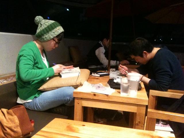 夜深咖啡館中的藝術家情侶!