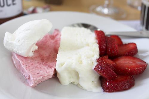 Milchreis- und Erdbeer-Glace mit frischen Erdbeeren