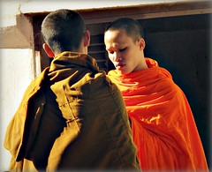 Laos - febbraio 2011 (anton.it) Tags: sguardo monks laos viaggio arancio luce luangprabang volto monaci giovane canong10 antonit mygearandme