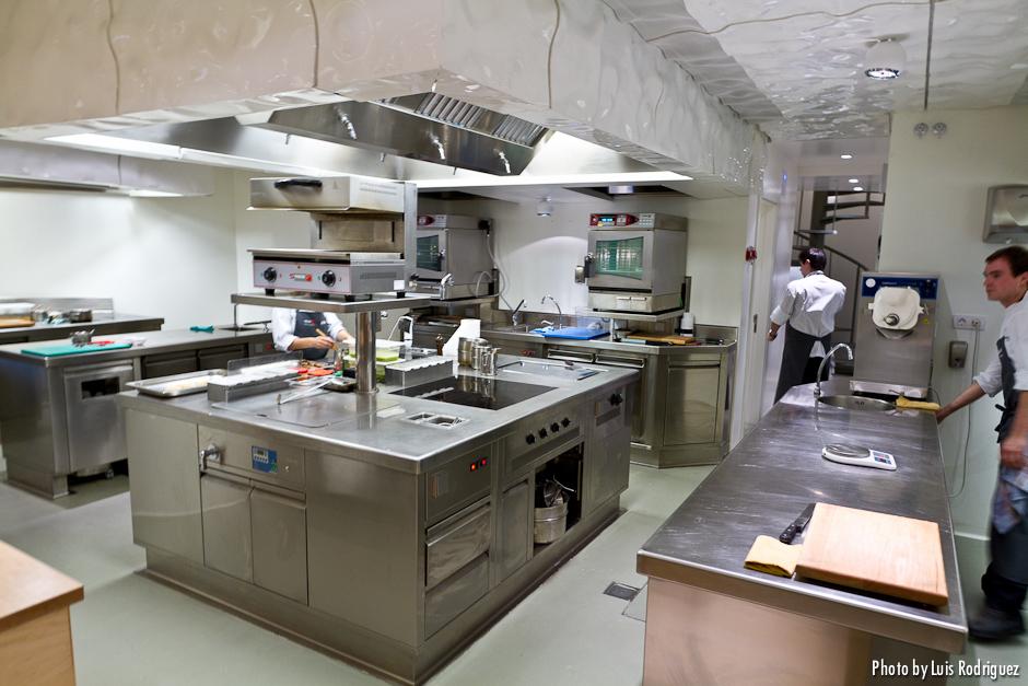 Restaurante nerua en el museo guggenheim bilbao for Mobiliario cocina restaurante