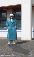 Een 'stille' (Maurits van den Toorn) Tags: blue hat statue blauw kunst police agent polizei flic voorburg standbeeld bulle politie hoed flik berryholslag diender