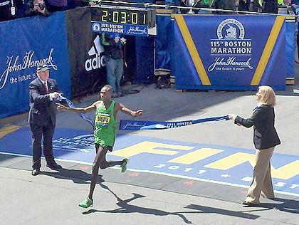 Geoffrey Mutai ganando el maratón de Boston 2011