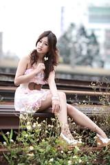 [フリー画像] 人物, 女性, アジア女性, 人と花, 台湾人, 201105010900