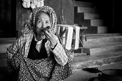 Smoking (VespaTS) Tags: old portrait bw lady asia pentax cigarette burma cigar smoking oldlady myanmar birma k5 thechallengefactory da35 thepinnaclehof kanchenjungachallengewinner burma2010 da35f24 smcpentaxda35mmf24al tphofweek97