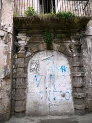 Tarente / Taranto, Pouilles, Italie: mure ET graffite! (Marie-Hlne Cingal) Tags: door italy puerta italia porta porte portal puglia tr italie tarde taranto tarente apulia tarentum pouilles