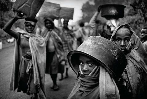 Muitas vezes os locais de abastecimento de �gua ficam muito longe dos campos de refugiados. Goma, Zaire. 1994