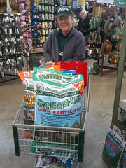 Happy Customer at Alsip Nursery (Jonathan Green Inc.) Tags: grass fertilizer lawns happycustomer grassseed jonathangreen alsip fertilizers alsipnursery weedsalsipnurseryhappycustomerjonathangreengrassseedlawnsfertilizersfertilizer