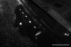 Reflet Londonien (liliemarie) Tags: londres london street great britain grande bretagne night nuit rue avenue water reflect reflection eau pluie rain reflet light lumiere noir blanc greyscale black white anglais english angleterre england