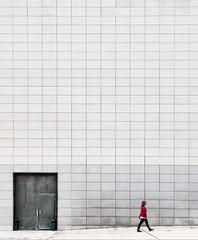 Composición en pared con puerta y chica de rojo. (Composition on wall with door and woman in red)