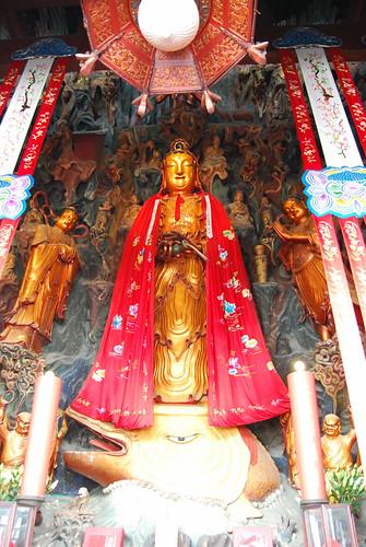 Ein Altar des Jadebuddhatempels illustriert die Entstehung der Moktak Trommel: ein buddhistischer Mönch wird von einem Fisch getragen.