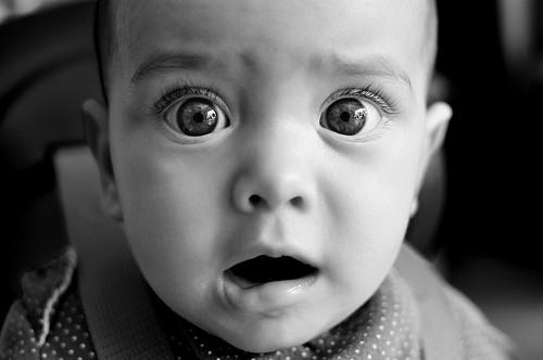 [フリー画像] 人物, 子供, 赤ちゃん, 驚く, モノクロ写真, 201104210700