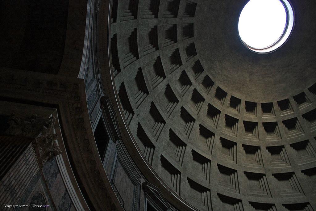 La lumière naturelle pénetre par l'oculus
