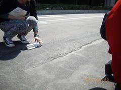 記者用水瓶測試地層下陷造成路面傾斜程度。
