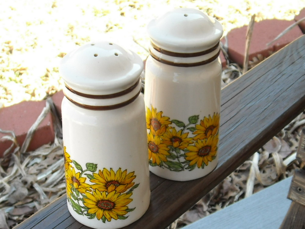 Vintage Salt and Pepper Shakers / Sunflowers / Spring / Sunshine