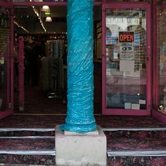 Covered column (Julio López Saguar) Tags: newyork shop unitedstates manhattan under tienda covered inside column behind dentro estadosunidos nuevayork columna eeuu detrás debajo tapado juliolópezsaguar