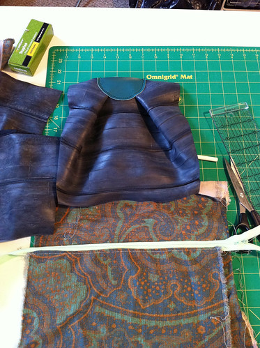 Work in progress: custom bike tube bag, femme style (the M bag)