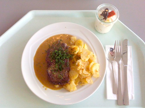Rinderlendenstea mit Pfefferrahmsauce / beef loin with pepper cream sauce