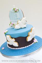 Free as a bird! (De Koekenbakkers) Tags: birdcage cookies birds cake dove vogels birthdaycake doves koekjes duiven taart vogelkooi koekenbakker wwwdekoekenbakkerscom dekoekenbakker