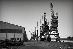 0454 - Boulogne sur mer, 1971 (ikaune) Tags: nb bw noiretblanc blackandwhite ikaune argentic argentique monochrome boulognesurmer port grues hangar
