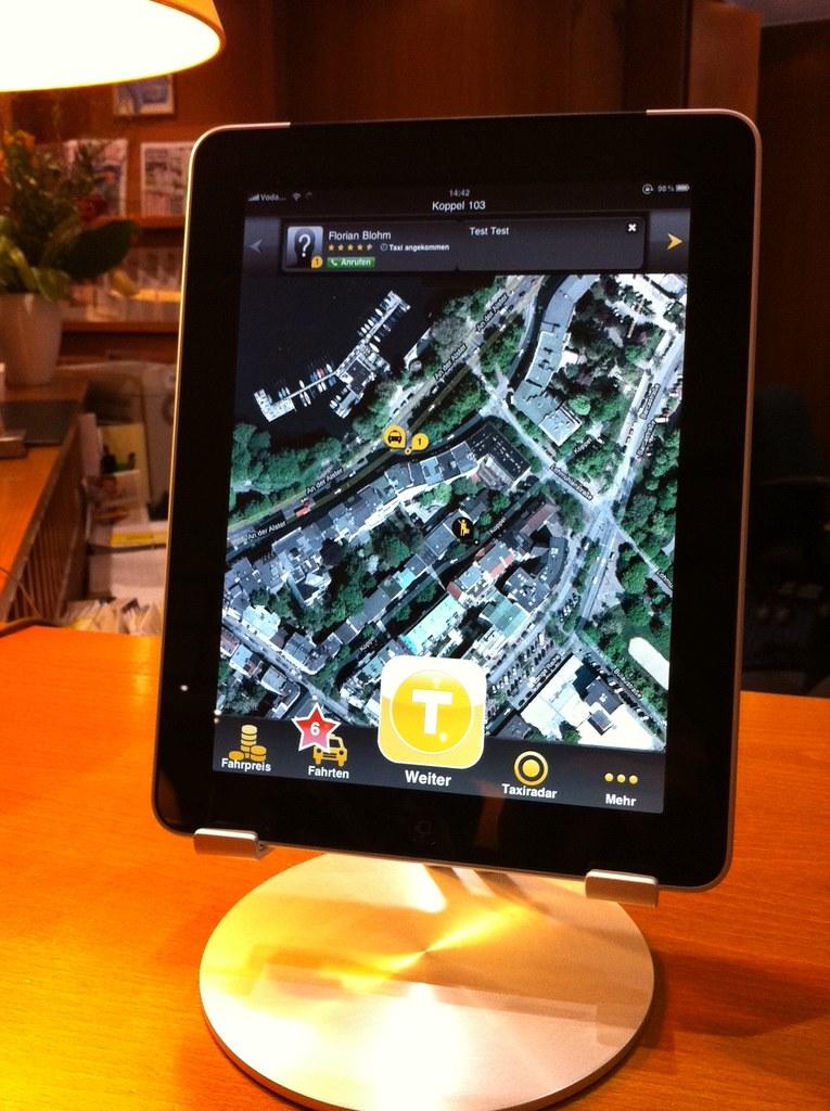 iPad 2 mit der myTaxi App, relexa hotel Bellevue, Hamburg