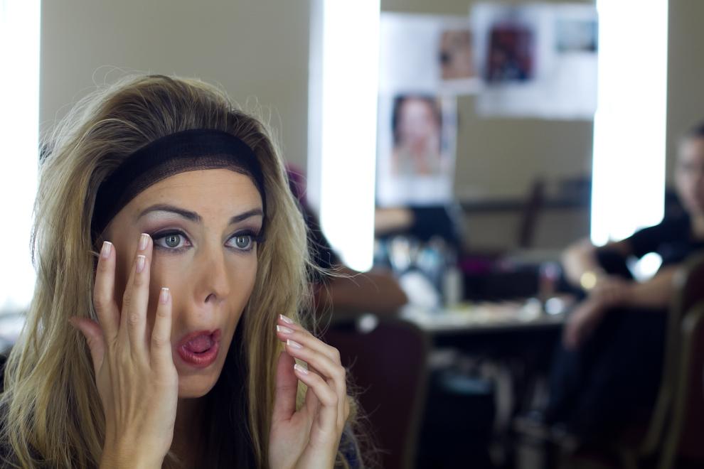 Andrea Stanley se mira al espejo prestando atención a los detalles de su maquillaje antes de presentarse nuevamente a las pasarelas. (Tetsu Espósito - Asunción, Paraguay)