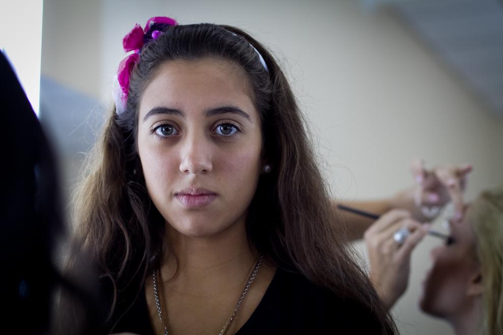 Una maquilladora del plantel de Oscar Mulet espera a la siguiente modelo entre un desfile y otro. (Tetsu Espósito - Asunción, Paraguay)