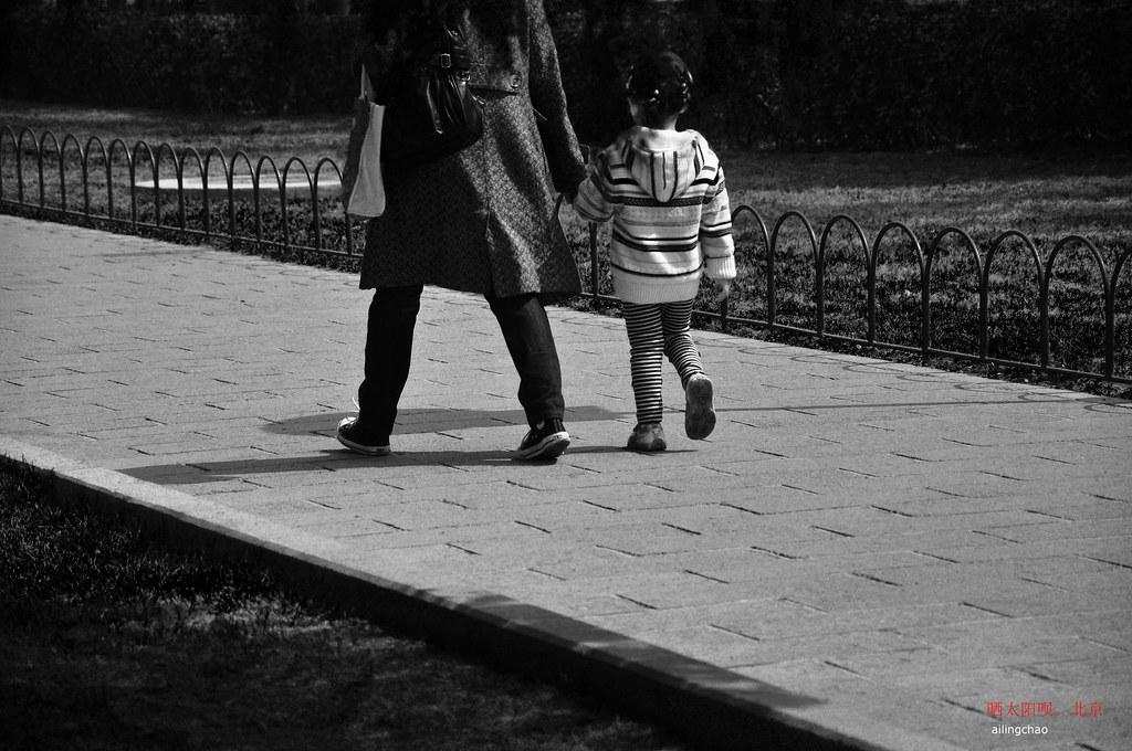 母女漫步陽光下