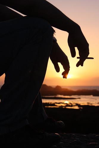 フリー写真素材, 人物, 人と風景, 夕日・夕焼け・日没, 海岸, シルエット, 煙草・タバコ,