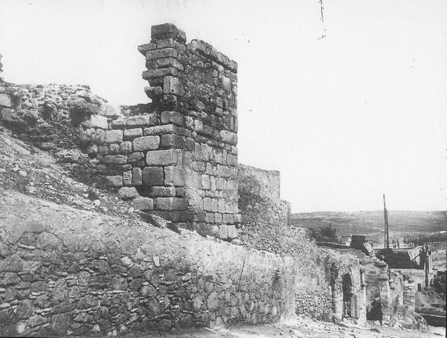 Murallas junto a la Puerta de Doce Cantos en el Paseo de Cabestreros a comienzos del siglo XX